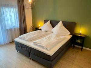 Ein Bett oder Betten in einem Zimmer der Unterkunft Landgasthaus Löwen mit Gästehaus