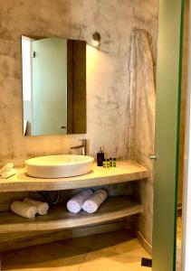 Un baño de Aperanto Suites