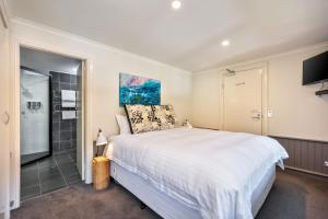 A bed or beds in a room at Pure Chalet Thredbo