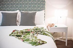 A bed or beds in a room at Lewis Street Apartments by Kirsten Serviced Accommodation