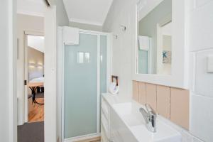 A bathroom at Motel Marengo