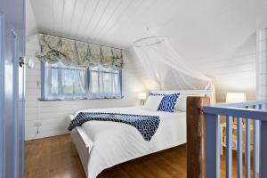 A bed or beds in a room at Elinike Guest Cottages