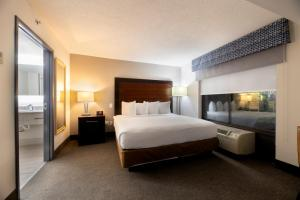 A bed or beds in a room at Wingate by Wyndham Atlanta Galleria/ Ballpark