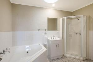 A bathroom at Heritage House Motel & Units