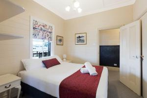A bed or beds in a room at Heritage House Motel & Units