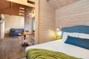 מיטה או מיטות בחדר ב-The Village- Jordan Riverside Travel Hotel