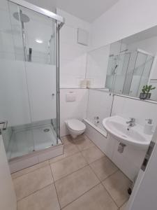 A bathroom at Pension Zwei A