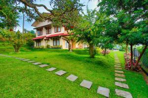 A garden outside The Jayakarta Cisarua