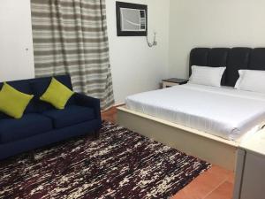سرير أو أسرّة في غرفة في المسكن للاجنحة المفروشة بالقنفدة 1
