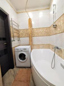 A bathroom at Стильная квартира у самого моря