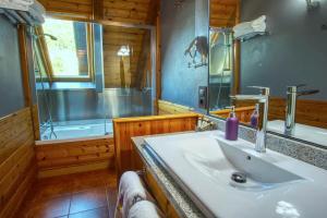 A bathroom at Hotel Mauberme
