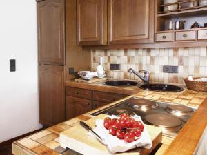 Küche/Küchenzeile in der Unterkunft Apartment in Berenbach with Garden,Balcony,Fireplace,Heating