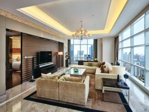 A seating area at InterContinental Residences Chengdu City Center, an IHG Hotel