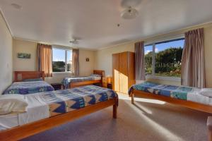 A bed or beds in a room at Lazy Dolphin Lodge