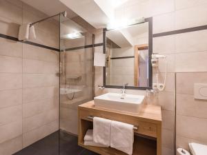 A bathroom at Lifthotel