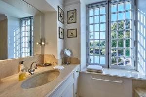 A bathroom at Manoir de Cléronde