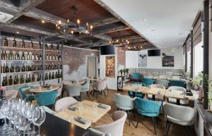 A restaurant or other place to eat at MIRROS Hotel Moscow Kremlin (ex. Veliy)
