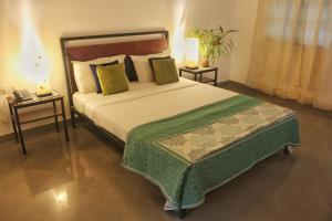 A bed or beds in a room at Hotel Bougainvillea Granpa's Inn