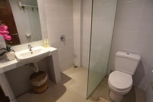 Ein Badezimmer in der Unterkunft PNB Beach Resort