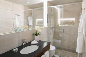A bathroom at International au Lac Historic Lakeside Hotel
