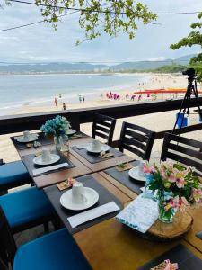 A restaurant or other place to eat at Pousada Camarote Itaipu