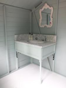 A bathroom at Hollington Park Glamping