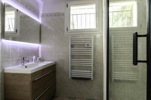 A bathroom at les tilleuls marseille 13012