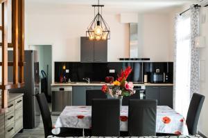 A kitchen or kitchenette at les tilleuls marseille 13012