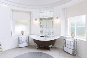 A bathroom at Cornhill Castle