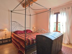 A bed or beds in a room at Superb Villa with Private Heated Pool close to Carcassonne