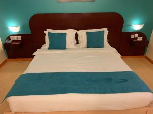 سرير أو أسرّة في غرفة في فندق الوادي