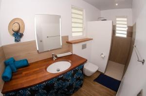 Um banheiro em Le Neliza Beach Lodge Raiatea