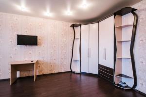Телевизор и/или развлекательный центр в Dekabrist apartment on Anokhina 120A
