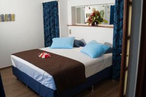 Cama ou camas em um quarto em Le Neliza Beach Lodge Raiatea