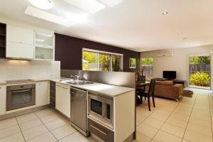 A kitchen or kitchenette at Best Western Plus Quarterdecks Retreat