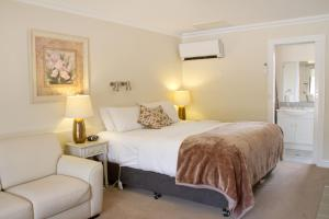 A bed or beds in a room at Beechworth On Bridge Motel
