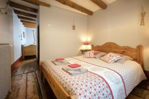 A bed or beds in a room at Au Coeur Des Alpes