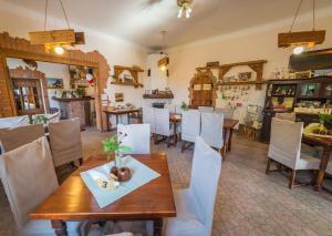 Restauracja lub miejsce do jedzenia w obiekcie Folwark Łuknajno nad Jeziorem Śniardwy