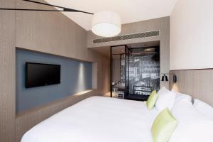 Een bed of bedden in een kamer bij Pentahotel Hong Kong, Kowloon