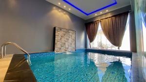 A piscina localizada em المكان المطِّل ( باتيو Patio ) ou nos arredores