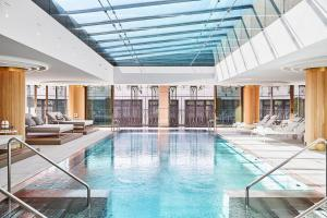 The swimming pool at or near Four Seasons Hotel Madrid