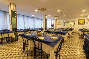 A restaurant or other place to eat at Hotel Ausonia