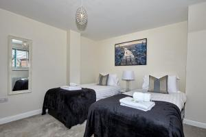 A bed or beds in a room at Stunning Modern Apartment with Parking by ComfyWorkers