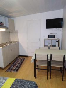 A cozinha ou cozinha compacta de Monoihere Bungalow Airport