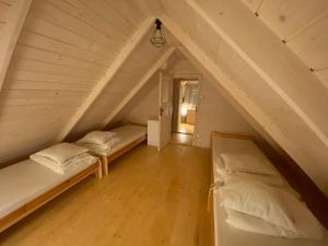 Łóżko lub łóżka w pokoju w obiekcie Nad Zalewem