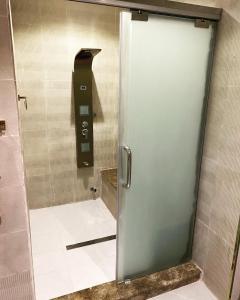 Um banheiro em فيلا TR2الجامعة