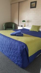 A bed or beds in a room at Bairnsdale Town Central Motel