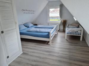 Ein Bett oder Betten in einem Zimmer der Unterkunft Wohnung Nordseebriese