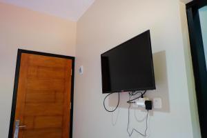 A television and/or entertainment centre at RedDoorz near Trans Studio Mall Cibubur 3