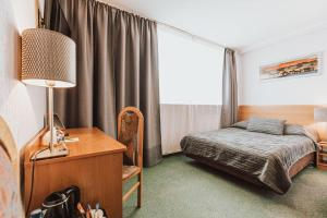 A bed or beds in a room at Hotel Gromada Poznań